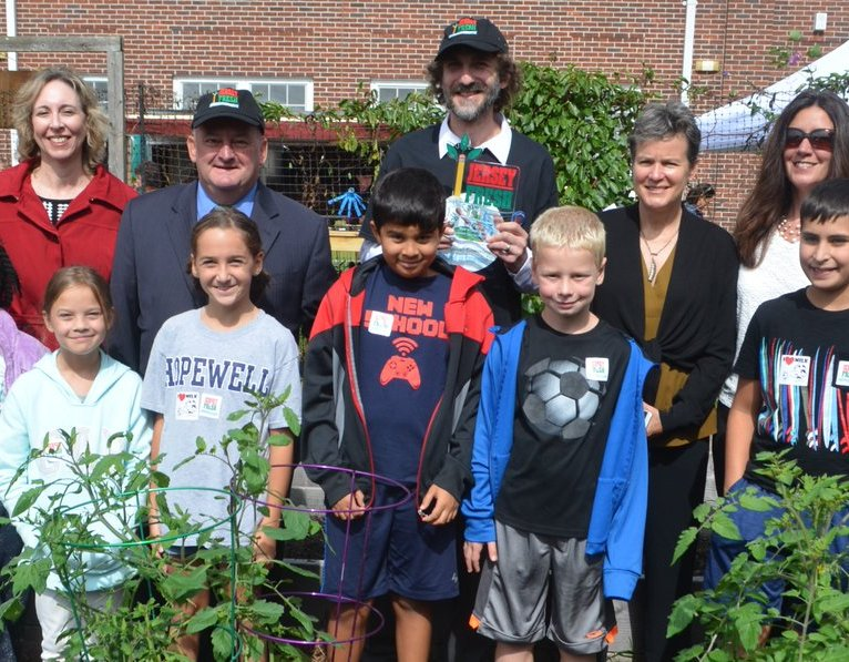 Congratulations to Hopewell Elementary School in Mercer County for winning this year's Best in New Jersey @farmtoschoolnj Award. The school had a Farm to School Day to celebrate the hono